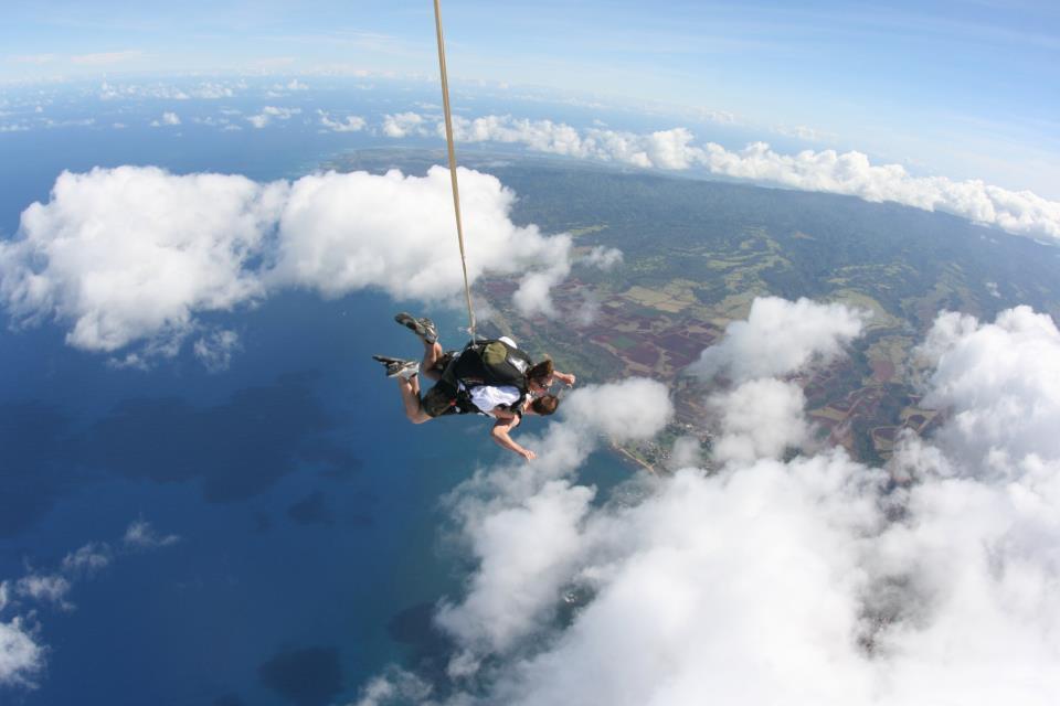 Absprung über der Nordküste von Oahu