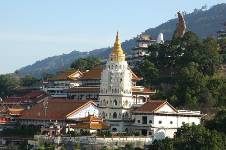 Der Kek Lok Si Tempel vor den Hügel auf der Insel Penang