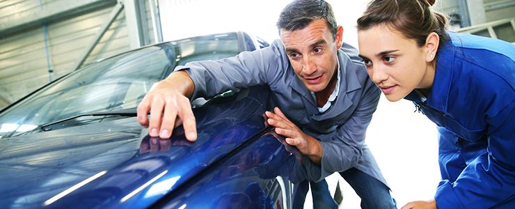 Fahrzeugkarosserie aufbessern – Beulen, Dellen und Lackschäden ausbessern