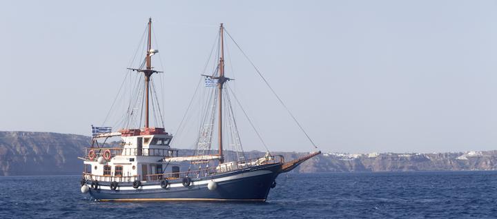 Bildnachweis: ©jfazer / iStock - Griechischer Segelschiff / Santorini