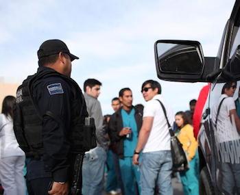 Bildnachweis: ©Spencer Platt / iStock - Polizist in Juarez