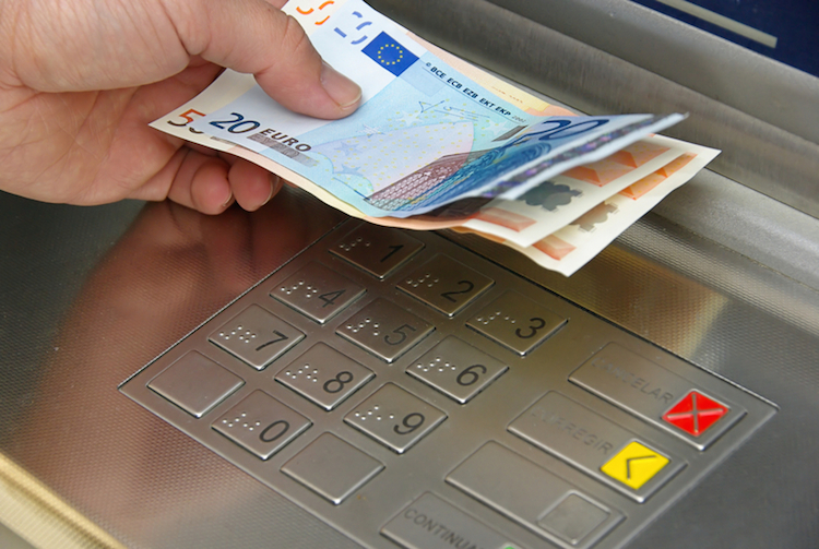 Geld abheben | © panthermedia.net /Liane Matrisch