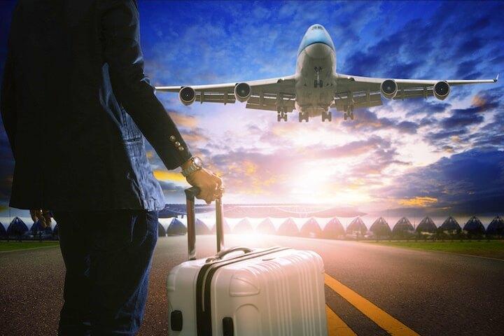Mann mit Koffer vor Flugzeug | © panthermedia.net / khunaspix