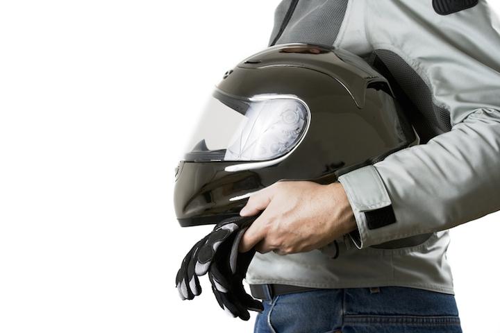 Mit Helm und Motorrad geht es los | © panthermedia.net /Alexey Stiop