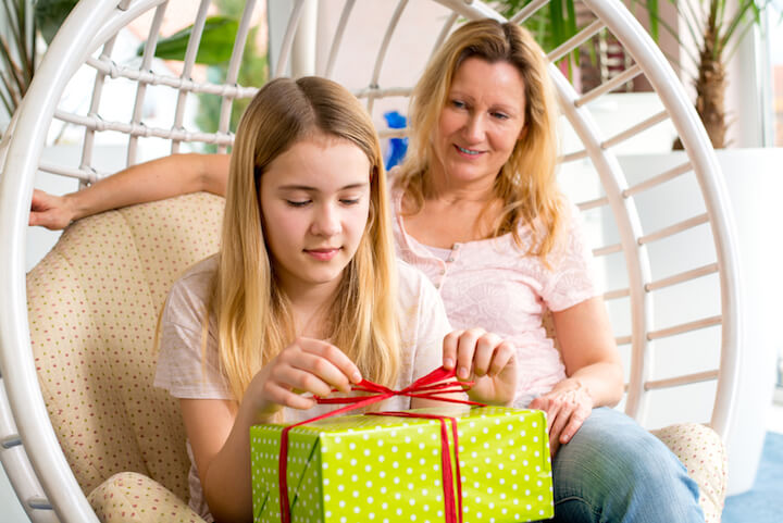 Weihnachtsgeschenke im Freien auspacken | © panthermedia.net / Marko Volkmar