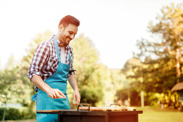 Mann beim Grillen   © panthermedia.net / Andor Bujdoso