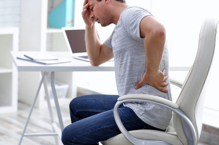 Gefahr Sitzen – Wie Rückenschmerzen und Co. uns beeinträchtigen