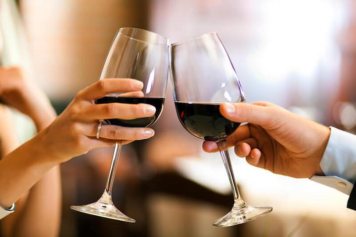 Gemeinsam ausgezeichnete Weine genießen | © panthermedia.net /minervastock