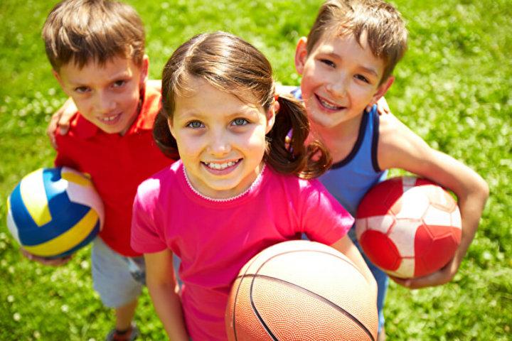 Drei Kids mit Ball | © panthermedia.net /pressmaster
