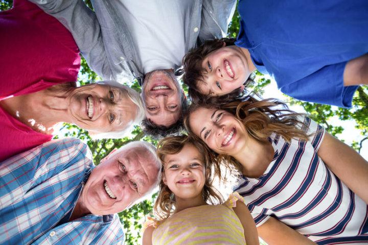 Familie aus der Froschperspektive | © panthermedia.net /Wavebreakmedia ltd