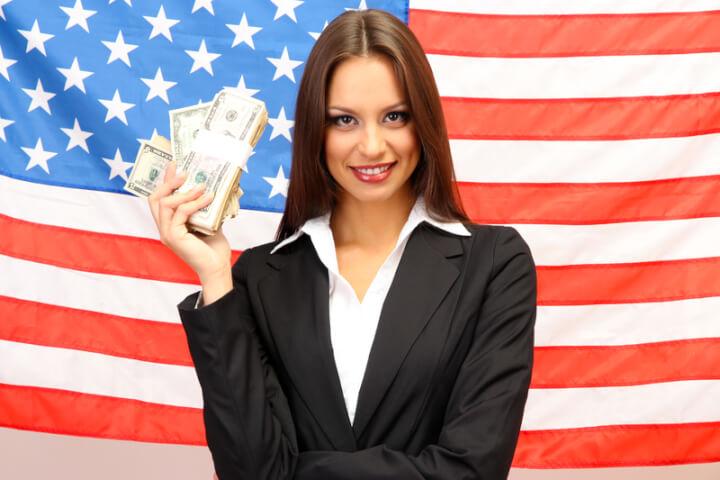 Frau mit amerikanischer Flagge im Hintergrund | © panthermedia.net /belchonock