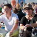 Lachelndes Paar auf Festival
