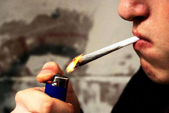 Mann raucht Joint | © panthermedia.net /Michael Schwarz