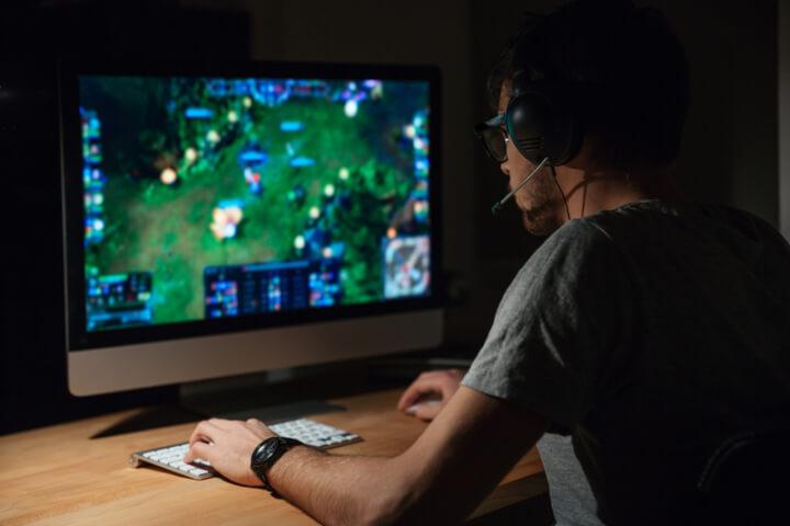 Person spielt Spiel auf dem PC | © panthermedia.net /Vadymvdrobot