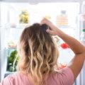 Vor dem offenen Kühlschrank