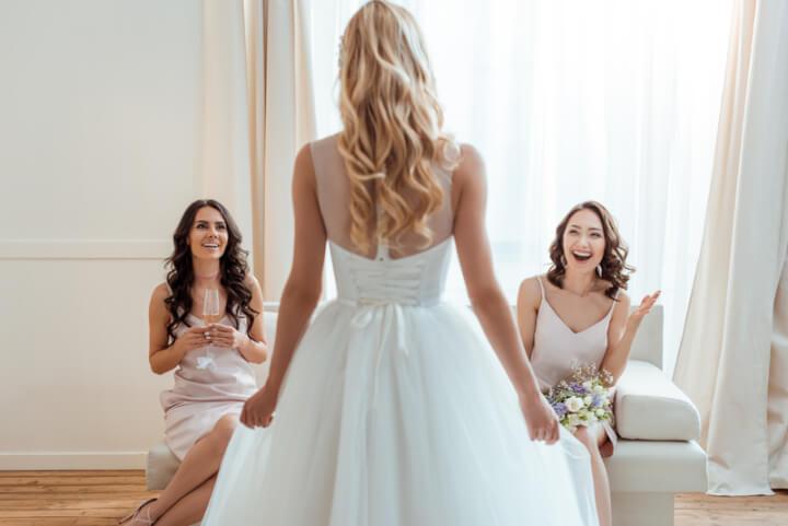 Brautjungfern und Braut vor der Hochzeit | © panthermedia.net /NatashaFedorova