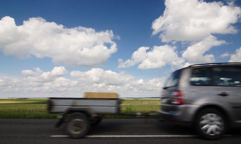 Mit PKW und Anhänger unterwegs – Wichtige Tipps & Zubehör für Sicherheit beim Fahren mit Anhänger