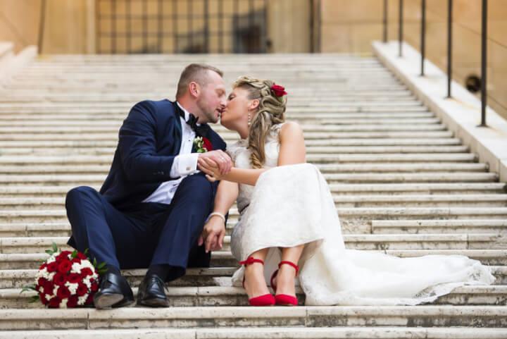 Junge Hochzeitspaar auf der Treppe | © panthermedia.net /halfpoint